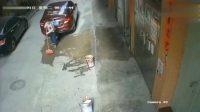 大姐正在门口扫地,而女司机倒车却不长眼,结果丧了命!