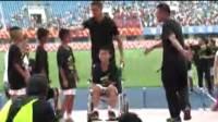 C罗来了:总裁魅力无限加分 C罗贴心照顾坐轮椅的小球员