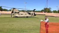 奇努克直升机抵达目的地,运输士兵
