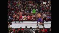 WWE再次上演大规模全武行 众巨星义助巨石强森