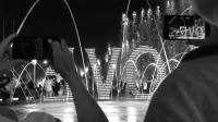 某个晚上,我们在看音乐喷泉 WE WERE WATCHING A MUSIC FOUNTAIN AT NIGHT