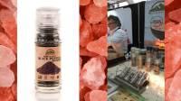 维必玛盐板上的烹饪:喜马拉雅粉红盐和黑胡椒的使用