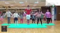 老师与幼儿园小朋友跳《小苹果》广场舞,男老师好可爱