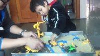 酷玩娱乐玩具挖掘机铺路视频