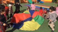 一起玩彩虹伞游戏 超级宝宝们