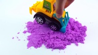 车子们合力运送沙子,制作出了美丽的模型