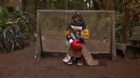 一只成了精的猴子,会做早餐还会拖地,滑板冰球也特别溜!【大展猴威2】(1)