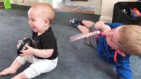 婴儿和兄弟姐妹-最好的朋友或坏啦 ~ 有趣的和没有韦迪...
