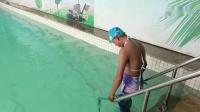 为致敬星爷小伙变身美人鱼挑战在水里游泳,你们猜他能挑战成功吗