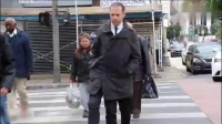 恶作剧三条腿的男子在街头作怪,路人还以为自己眼花了呢