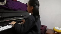 诺宝弹奏钢琴曲《扎头红绳》