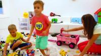 萌娃小可爱用推土机帮妈妈收拾整理房间,小家伙可真是聪明呢!—萌娃:轻松搞定!