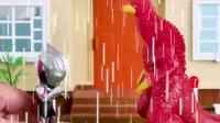 奥特曼淋雨啦,怪兽想乘机偷袭,结果被奥特曼一下就扔飞了!