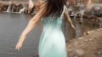 朋友今天刚买的裙子,迫不及待的穿上了