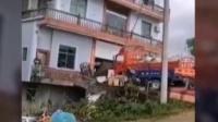 江西楼房被洪水5秒冲塌屋主 遇洪水想抢救财物被女儿哭喊拦住