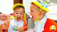 萌娃小可爱们为了吃婴儿的食物,把自己乔装打扮成了宝宝,两个小家伙可真逗呀!