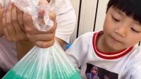 童年趣事:塑料袋扎破了,水都没有流出来
