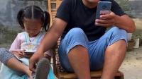 童年趣事:爸爸玩游戏鞋子都穿错了