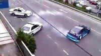 火爆,飚车被堵当街与警车干起来