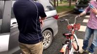 小伙骑单车刮花小车,坚持要等交警来处理想免赔偿