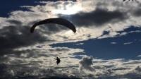 雪域滑翔伞运动协会会长文德诺布在海拔5320米,在空中盘了1个小时43分钟。
