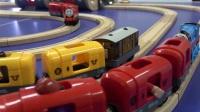 杰克亲子玩具视频:托马斯小火车和它的好朋友 城市小火车载客安全须知