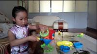 小螃蟹和小河马一起玩沙子