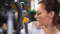 原来雷诺工厂里有这么漂亮的美女在给你生产汽车