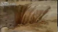 可怕的灾难 - 洪水卷走人