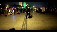 河南广场惊现小伙模仿迈克尔杰克逊经典舞蹈,仿佛舞王归来