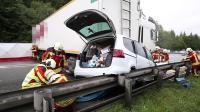Pkw von Lkw eingeklemmt - ein Todesopfer
