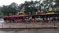 早上7点半,广州东圃等公交车上班的人,排着很长的队伍