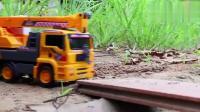 起重机卡车在桥梁上抢救建筑车,儿童街车玩具