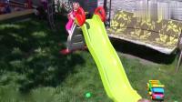 小朋友和姐姐玩滑滑梯小汽车和彩虹球