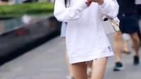 街拍美女视频:休闲又百搭的T恤更显简约大方