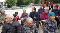 九点准时到达水南镇敬老院,志愿者们一下车就忙碌着搬礼品、帮老人剪脚趾、手指甲,厨房包饺子等事务。