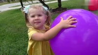 启蒙早教,小萝莉踢彩色球玩耍中学习色彩