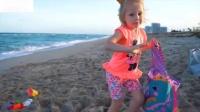 宝宝去海滩旅游宝宝游泳和玩游戏