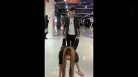 情侣逛商场,美女撒娇要男友背,结果小伙的举动太搞笑了!搞笑视频