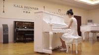 布雷纳白色立式钢琴美女演奏