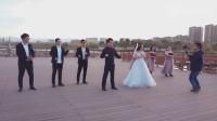 婚礼现场,新郎新娘大跳《隔壁泰山》,前面的摄影师抢镜了!