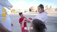 毒角SHOW:老外街头试吃中国酸味食物,老外居然喝光一整瓶醋!