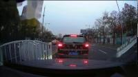 嘉定环城路撞护栏的交通事故,差点撞上我的车啊。2018-12-09 15:30