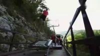 溜到没朋友!国外牛人在火车上玩蹦床扣篮!