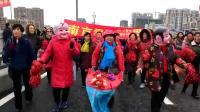 霞姐艺术团的姐妹们游旱船给游览群众增添了快乐!!1545886614844
