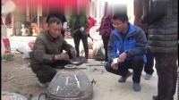 实拍农村街头造锅人,易拉罐摇身变铝锅,村民排队加工,20元真值