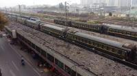 广铁长段的SS8型电力机车牵引K600次列车从广州北站通过