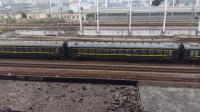 广铁长段的SS8型电力机车牵引春运的临时列车从广州北站通过