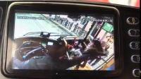 襄阳一辆公交车正在靠站上下客人,一位妈妈抱着孩子上车,被身后的一名男子偷走了手机。这一幕被公交司机看到,直接大声吼道:拿出来!手机!