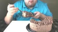 Russian大叔吃巧克力奶油蛋糕,味道弥漫口腔,超级好吃!